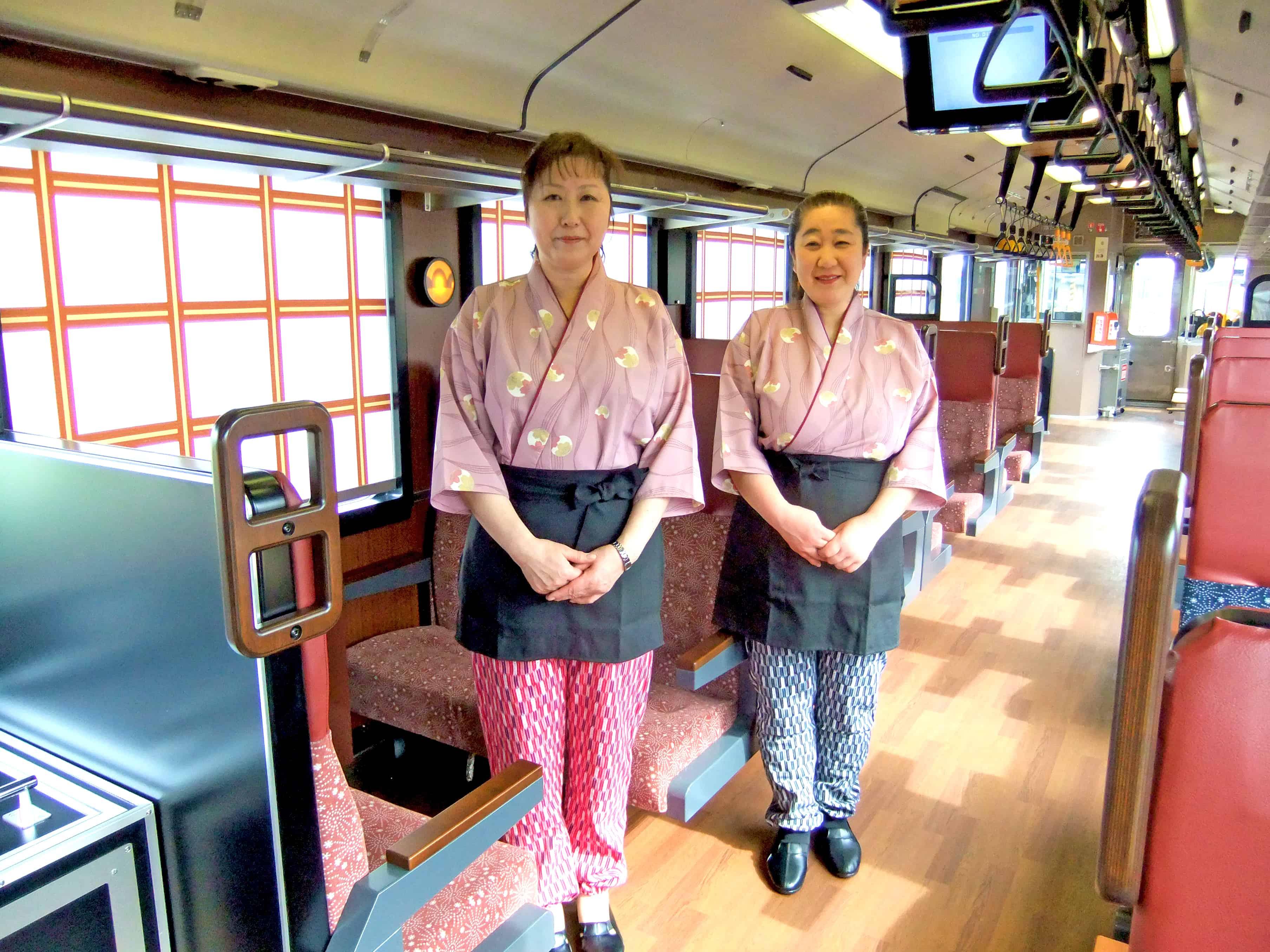 ด้านในของรถไฟ Joyful Train Oykot มีดีไซน์ที่เป็นเอกลักษณ์และมีเจ้าหน้าที่ใส่ชุดคอสตูมเข้ากับดีไซน์ขบวนรถ