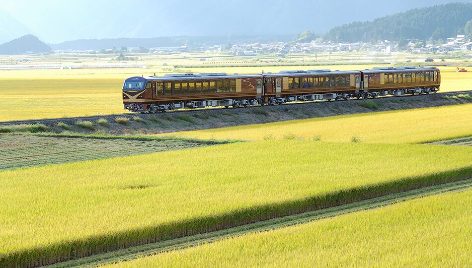 รถไฟ Resort Minori ที่กำลังวิ่งผ่านท้องนาในจังหวัดยามากาตะ
