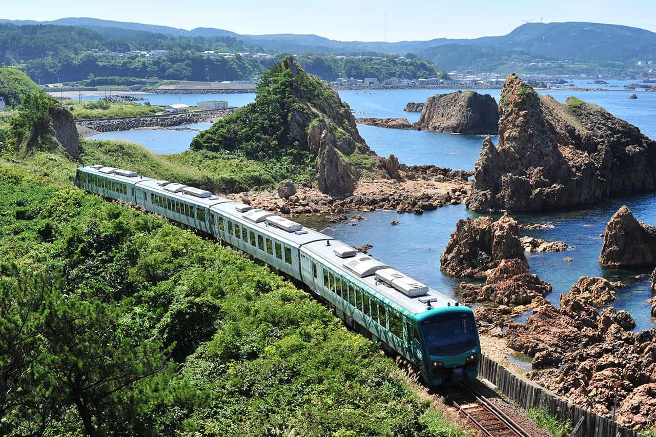 รถไฟ Resort Shirakami [Buna] ที่เลาะเลียบชายฝั่งทะเลของชิราคามิซันจิ