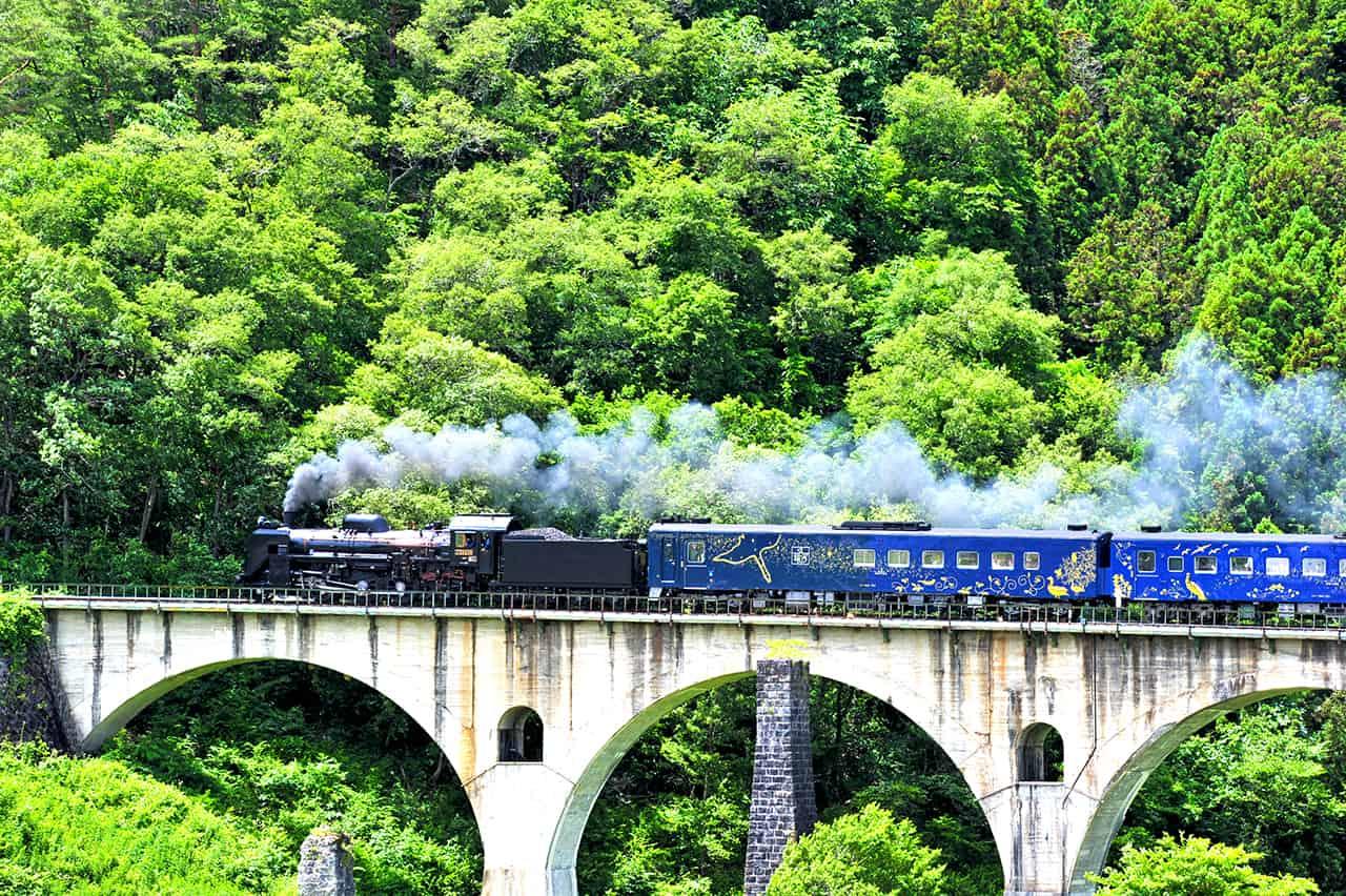 ด้านนอกรถไฟ SL Ginga ที่ปล่อยควันแบบรถจักรไอน้ำ คล้ายรถไฟในนวนิยายของมิยาซาวะ เคนจิ