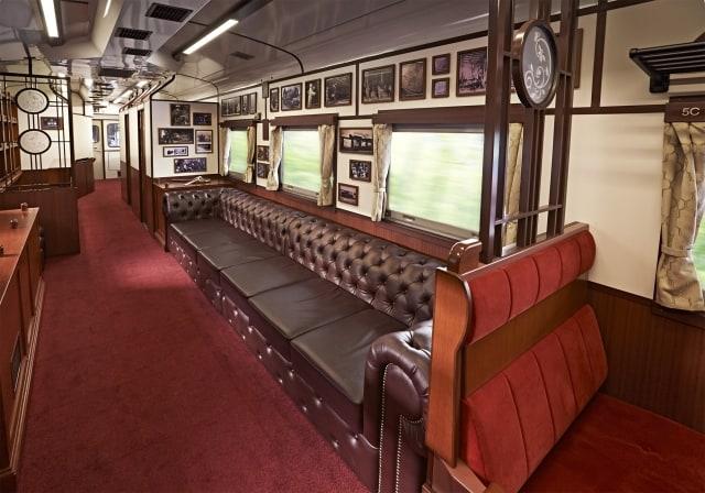 ด้านในรถไฟ SL Ginga ที่มีบรรยากาศคูลๆ แบบเรโทร