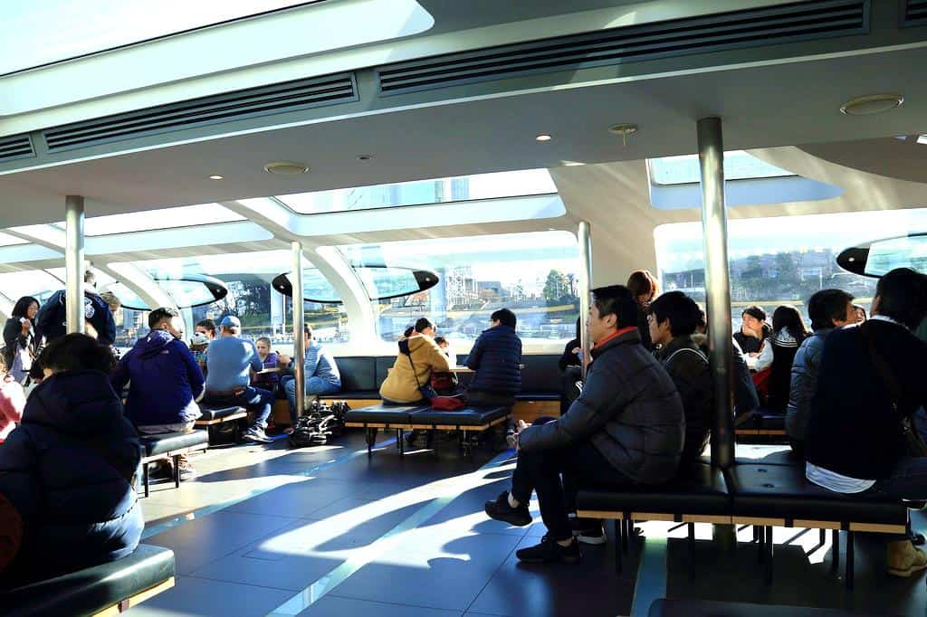 บนเรือ Tokyo Cruise Ship มีจุดจำหน่ายอาหาร ขนมปัง ไอศกรีม และเครื่องดื่มบริการให้กับนักท่องเที่ยว