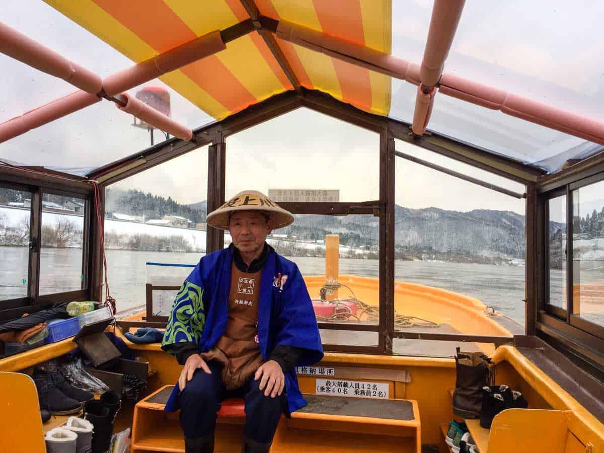 ในการล่องเรือที่แม่น้ำโมกามิ (Mogami River) บนเรือจะมีเสียงเพลงพื้นบ้านที่ขับร้องโดยคนเดินเรือบรรเลงให้ฟังตลอดการเดินทาง