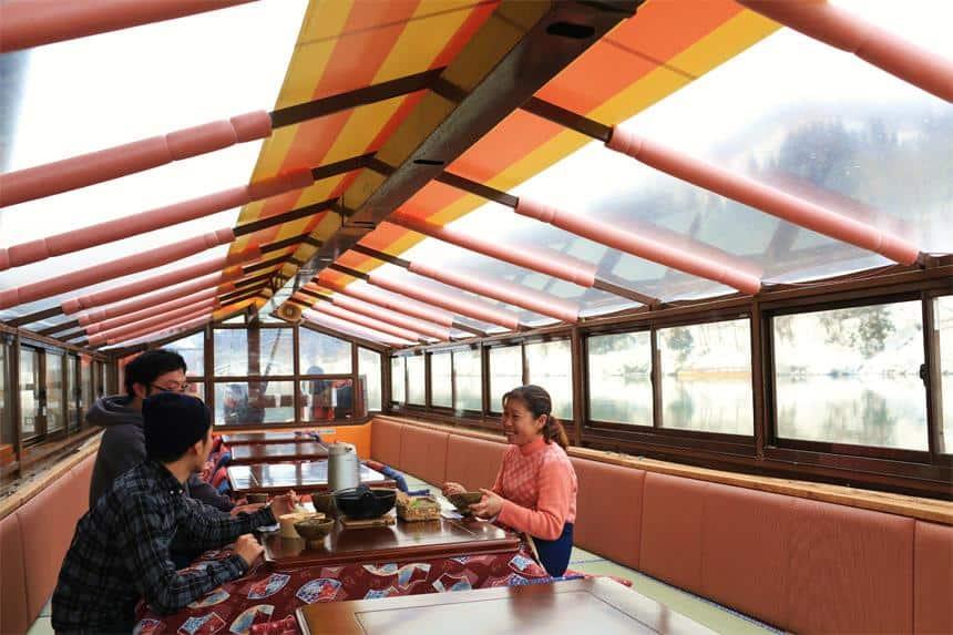 ในการล่องเรือที่แม่น้ำโมกามิ (Mogami River) บนเรือยังมีอาหารกลางวันคอยบริการให้กับนักท่องเที่ยวอีกด้วย