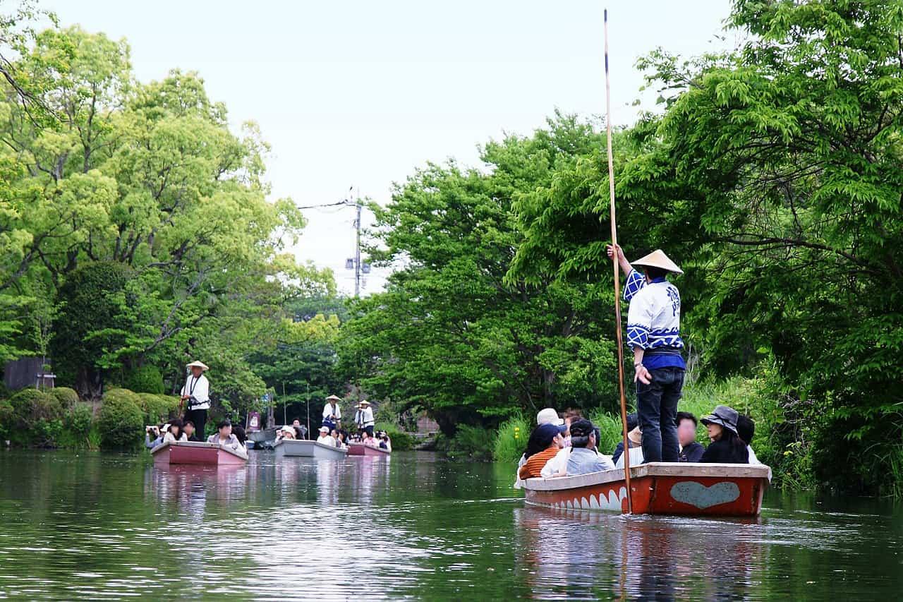 ดงโกะฟุเนะ (Donkofune) จะแล่นไปอย่างช้าๆ ตามเส้นทางที่คดเคี้ยวในแม่น้ำยานากาว่า (Yanagawa River)