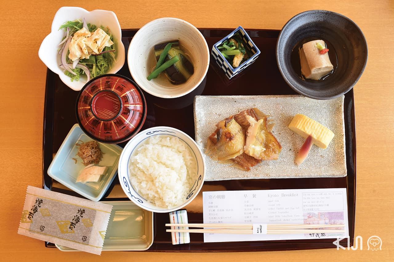 อาหารเช้าของโรงแรมมีให้เลือก 2 แบบ ระหว่างเซ็ตอาหารเช้าแบบฝรั่งและแบบญี่ปุ่น ในภาพเป็นเซ็ตอาหารเช้าแบบญี่ปุ่น โดยจะให้เลือกระหว่างข้าวขาวและข้าวต้มจากเชฟที่ขัดเกลาฝีมือมาอย่างดี รสชาติอร่อยแบบพรีเมียมสุดๆ