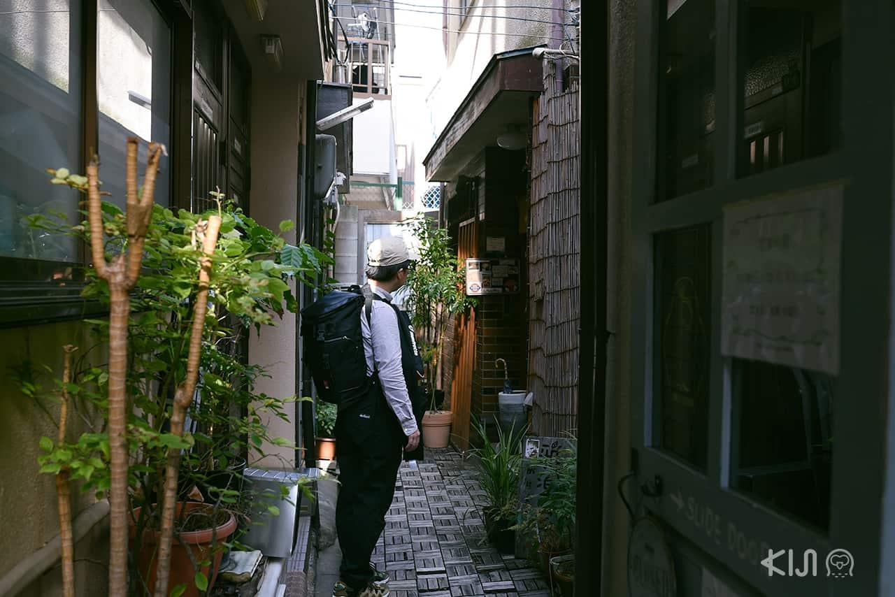 ร้าน Garakucha ตั้งอยู่ทางขวามือ