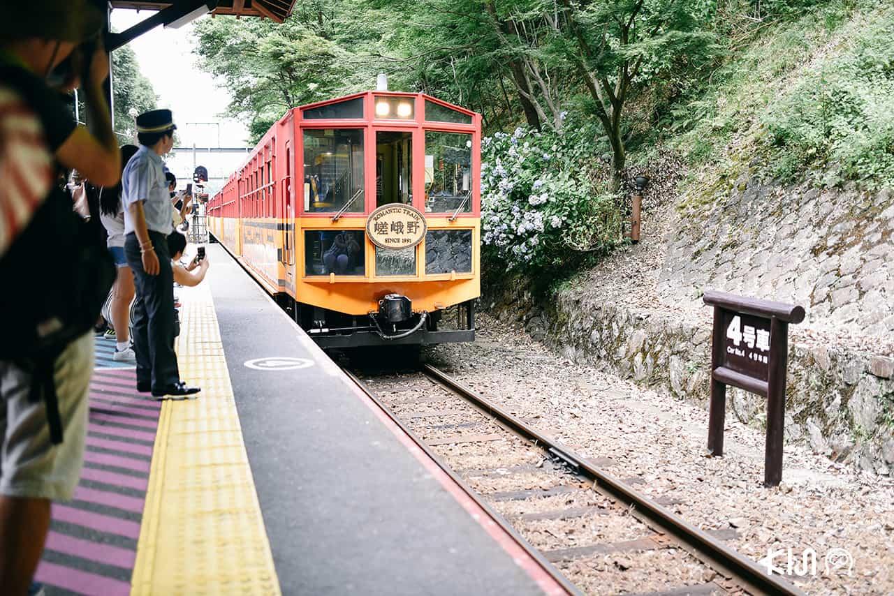 ระหว่างรอรถไฟ Sagano Romantic Train ในย่านอาราชิยาม่า (Arashiyama)