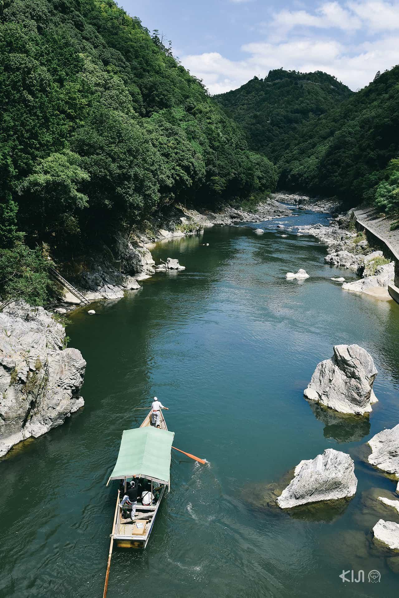 วิวจากสะพานข้ามแม่น้ำตรงสถานี Hozukyo Torokko Station ในย่านอาราชิยาม่า (Arashiyama)