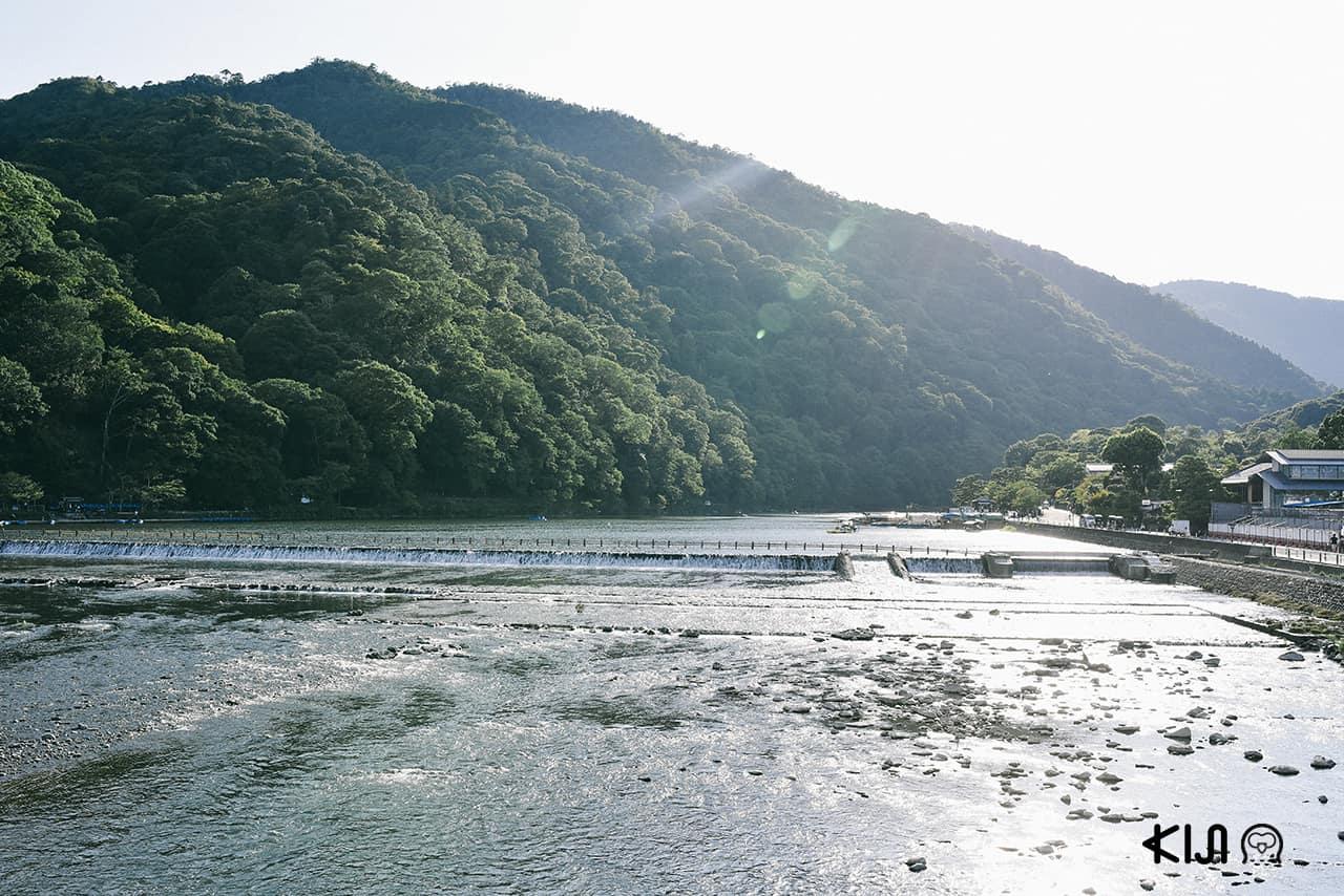 วิวแม่น้ำ Katsura-gawa เมื่อมองจากสะพาน Togetsu ในย่านอาราชิยาม่า (Arashiyama)