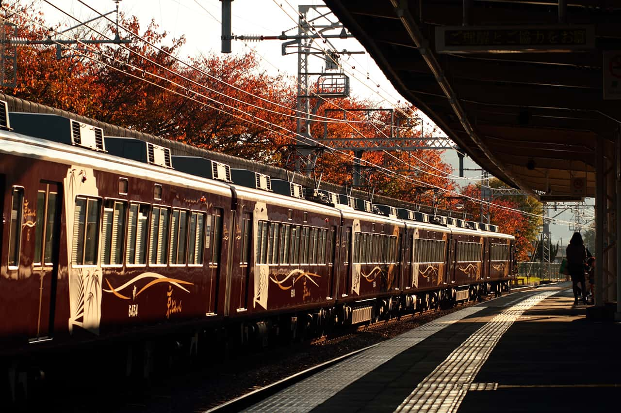 รถไฟ Kyo Train ขึ้นได้โดยใช้บัตร Hankyu Tourisit Pass มายังอาราชิยาม่า (Arashiyama) ในเกียวโต