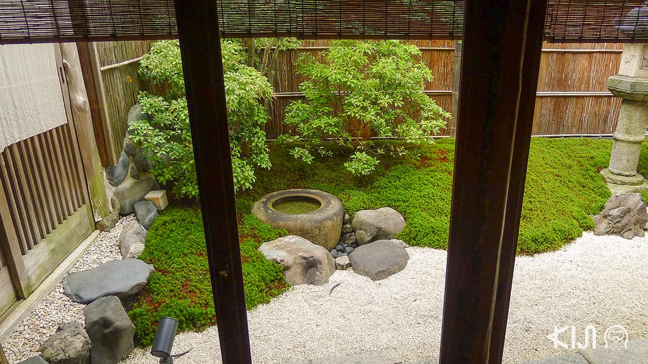 สวนเซนแบบญี่ปุ่นเล็กๆ ล้อมรอบร้านถึง 3 จุด