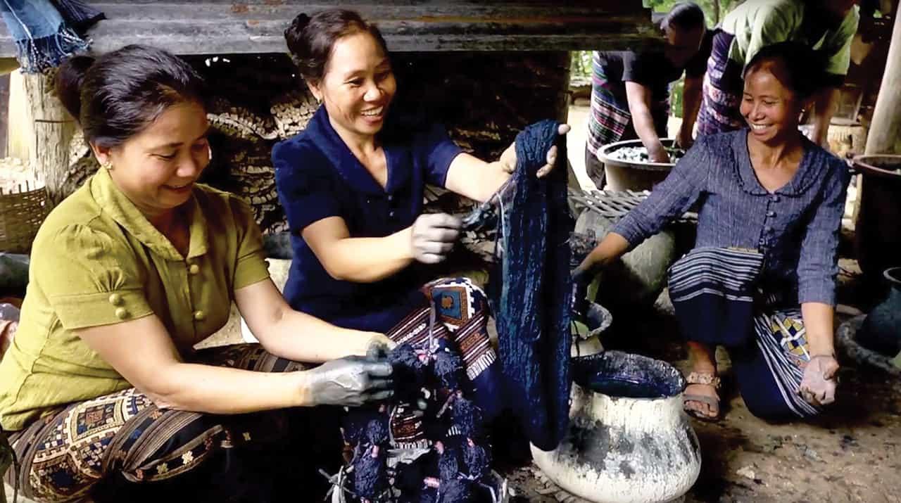 ชาวบ้านของวิสาหกิจชุมชนแม่บ้านวังน้ำรินกำลังย้อมผ้าของแบรนด์ USAATO