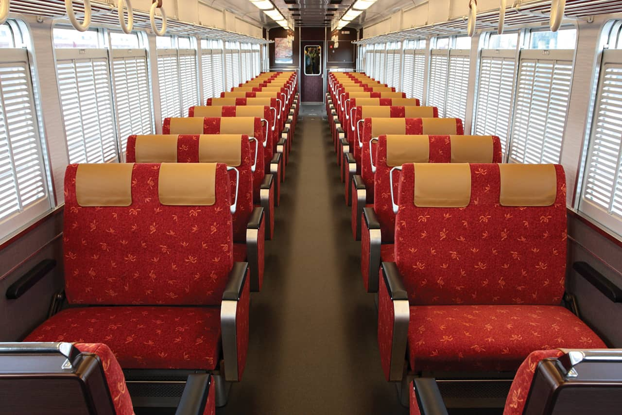 ภายในรถไฟ Kyo Train ขึ้นได้โดยใช้บัตร Hankyu Tourisit Pass มายังอาราชิยาม่า (Arashiyama) ในเกียวโต