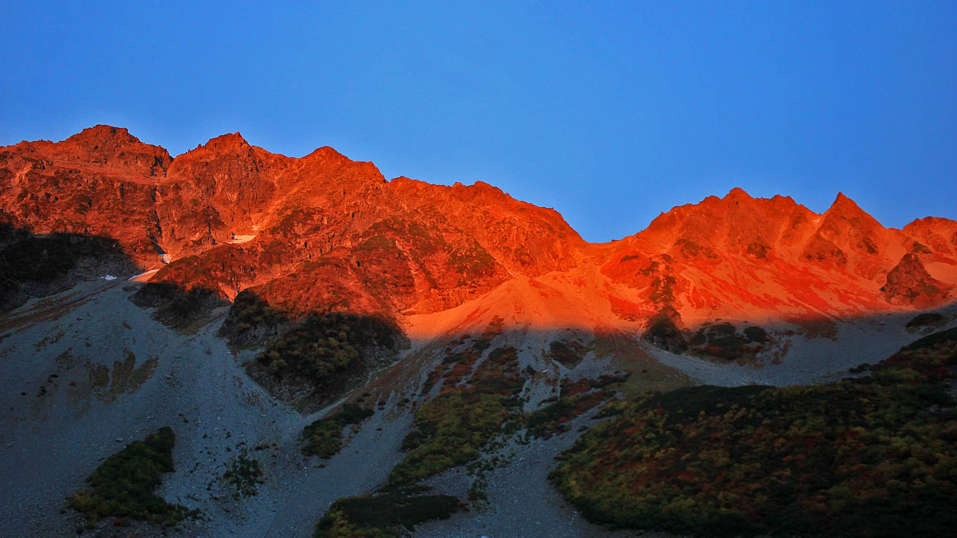 ภูเขาชิโรอุมะทั้งสาม (Shirouma-san-zan) อยู่ในเขตจังหวัดนากาโน่และโทยามะ