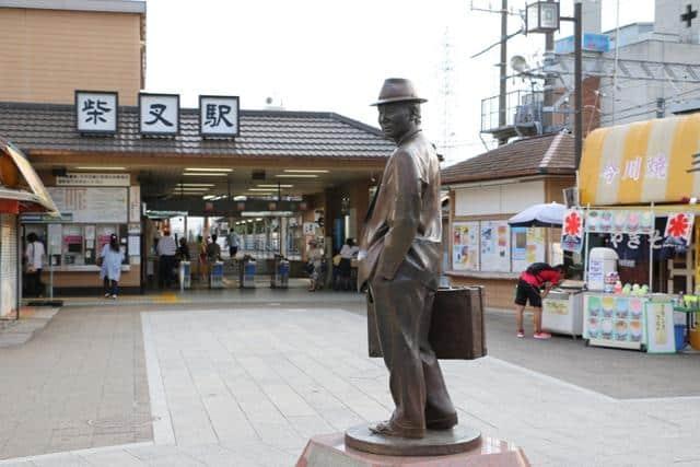 รูปปั้น Tora San หน้าสถานีชิบามาตะ