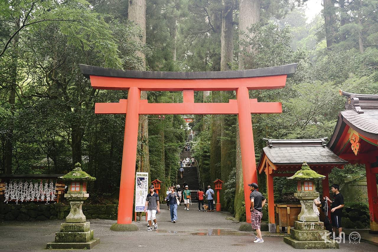 ศาลเจ้าประจำเมืองแห่งนี้ ตั้งอยู่ที่ตีนเขาฮาโกเน่ ริมทะเลสาบอาชิ (Lake Ashi)