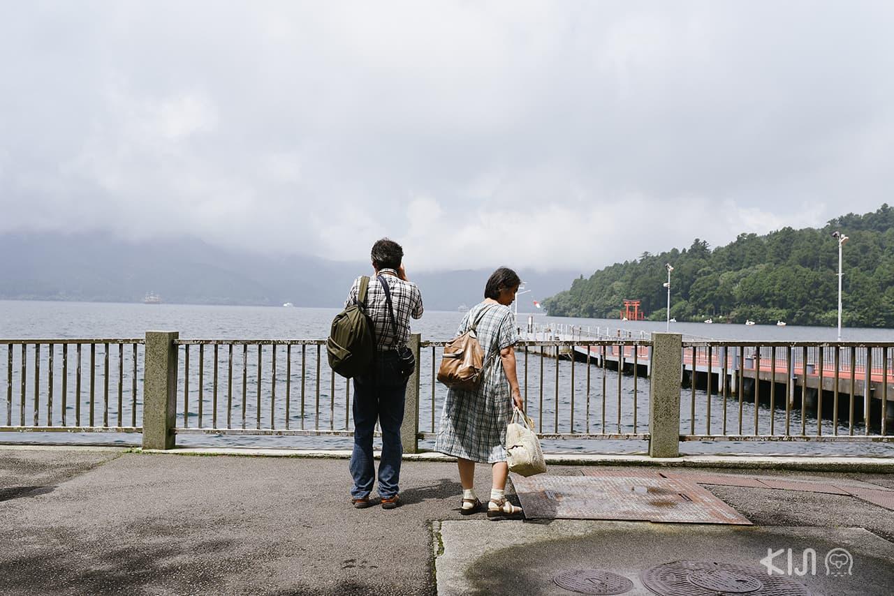 นักท่องเที่ยวมาถ่ายรูปกันที่ริมทะเลสาบอาชิ (Lake Ashi)