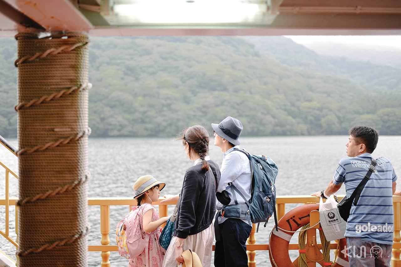 นักท่องเที่ยวบนเรือ Hakone Sightseeing Cruise