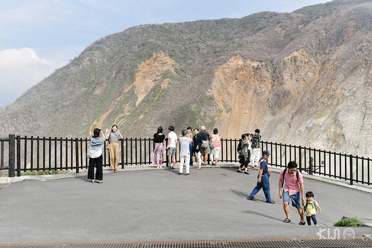 นักท่องเที่ยวที่หุบเขาโอวาคุดานิ (Owakudani)