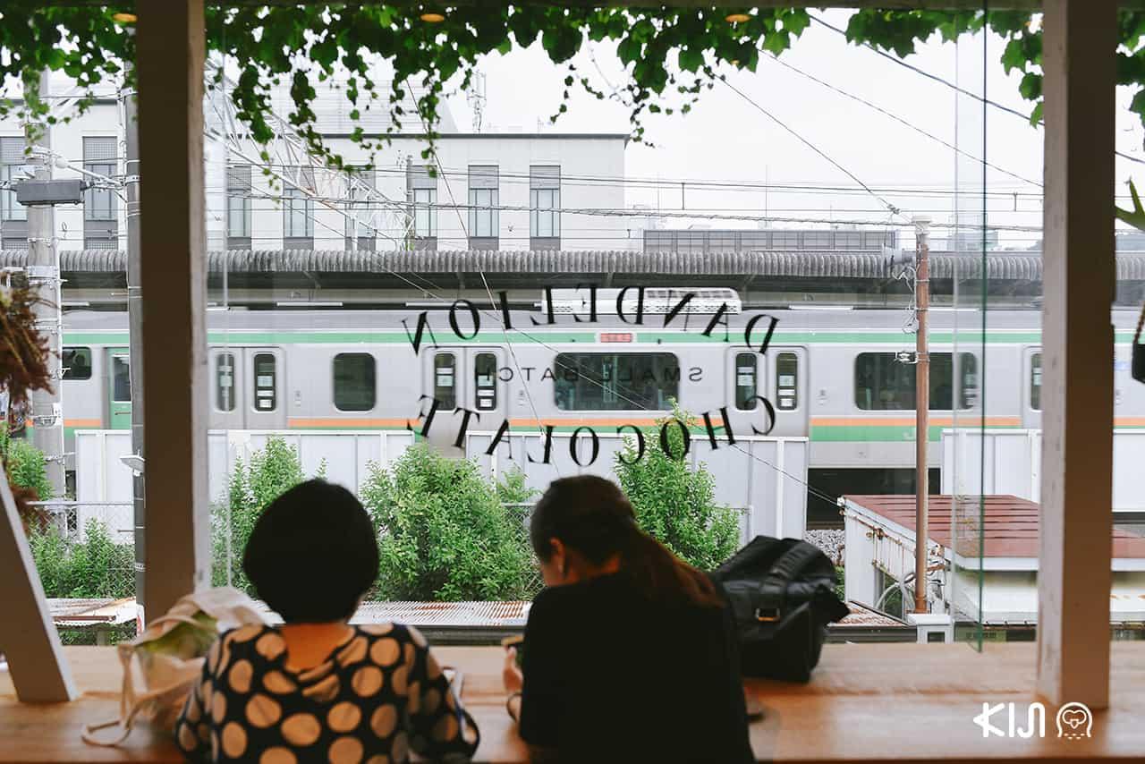 มองเห็นวิวรถไฟจากภายในร้าน Dandelion Chocolate Kamakura