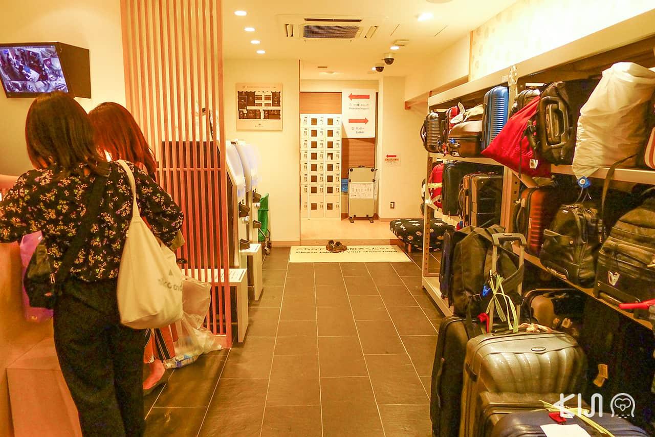 โซนเก็บกระเป๋าภายในโรงแรมพรีเมียมแคปซูล Tokyo Ginza Bay Hotel