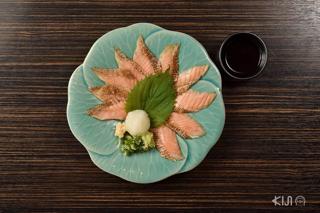 Toro Salmon Tataki (229 บาท) ท้องปลา แซลมอน ที่เชฟแล่มาแบบพอดีคำ
