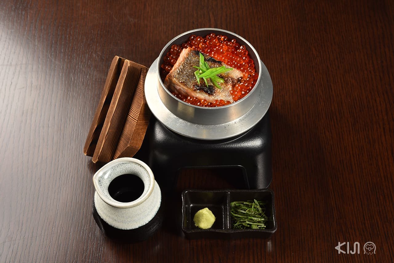เมนู แซลมอน : Salmon and Roe Kamameshi (590 บาท) ของร้าน Hokkori