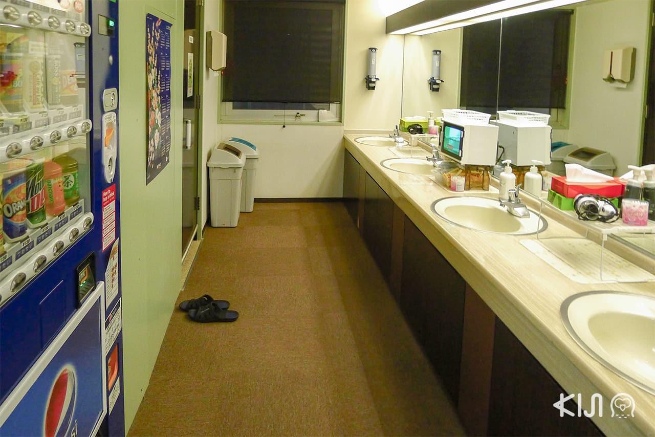 บรรยากาศของห้องน้ำภายในโรงแรมแคปซูล Capsule Inn Sapporo