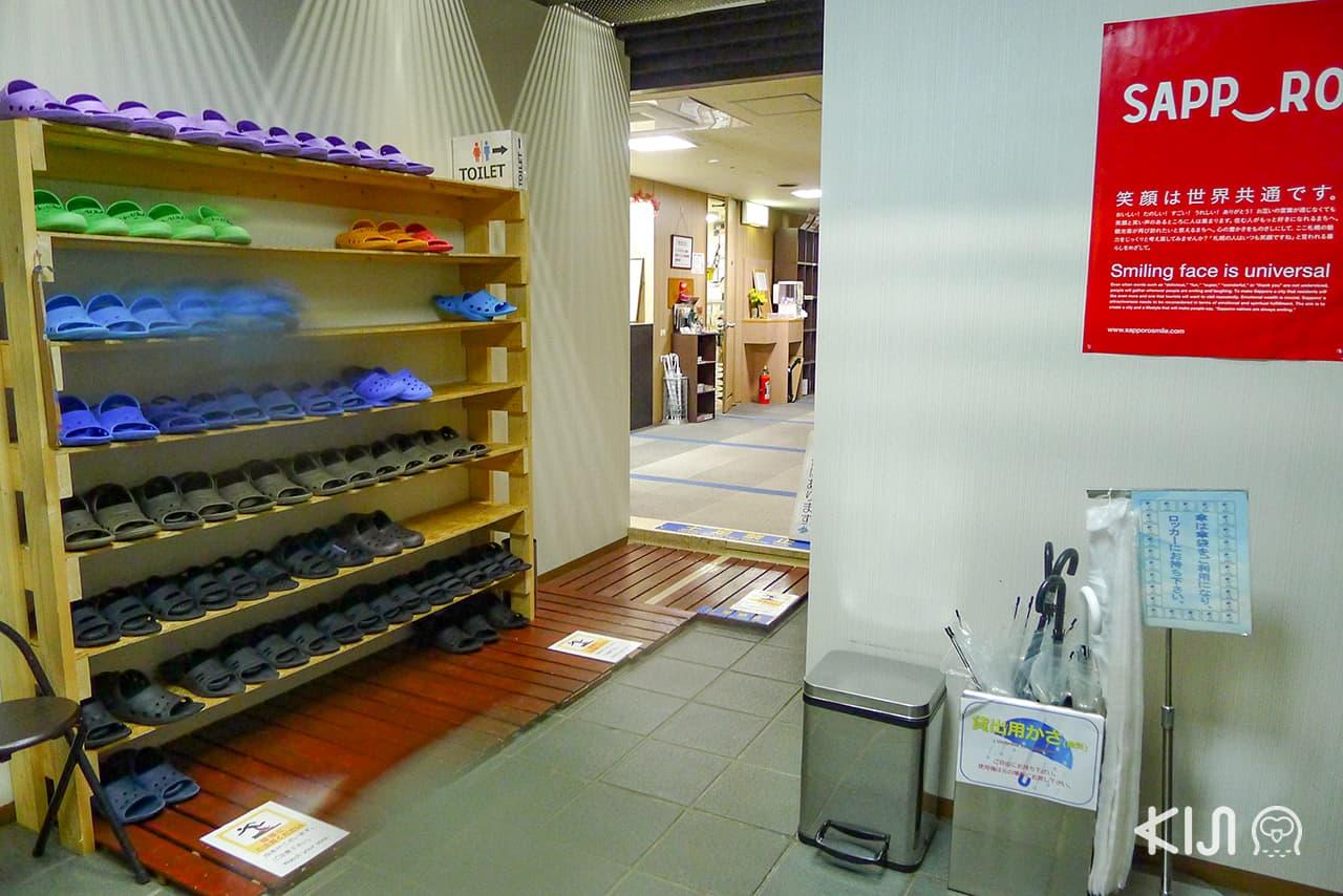 ก่อนเข้าภายในต้องถอดรองเท้า และใส่สลิปเปอร์ของโรงแรมแคปซูล Capsule Inn Sapporo