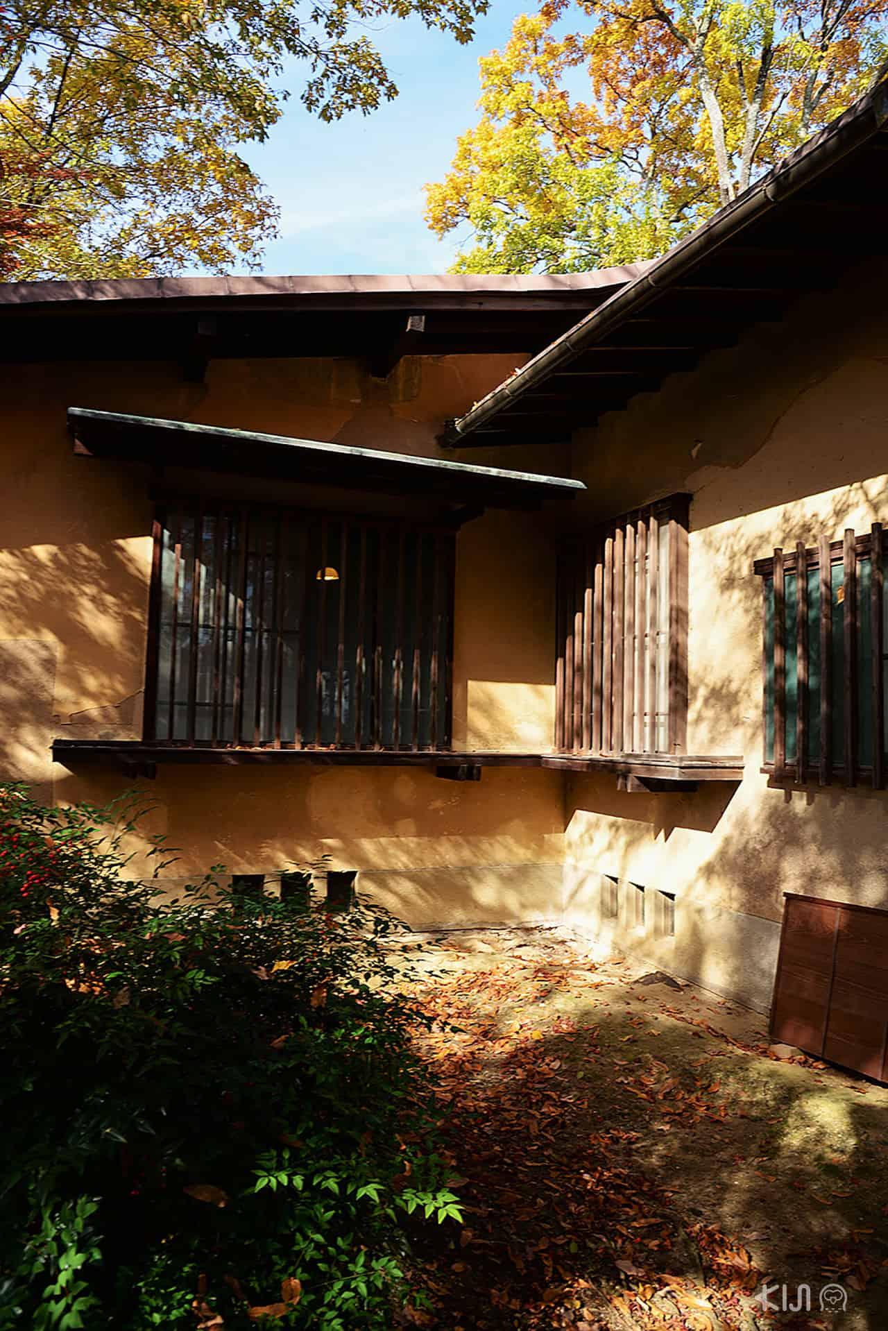 โชชิคุเคียว(Chochikukyo) มีการวางแนวบ้านให้มีลักษณะขวางตะวัน เพื่อรับแสงแดดพร้อมความอบอุ่นจากอากาศเย็น