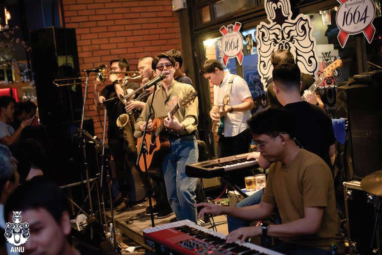 ภายในร้าน Ainu Bar มีการแสดงดนตรีสด