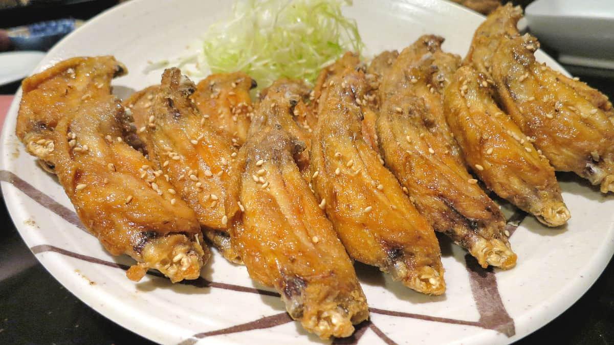 คาราอาเกะปีกไก่ต้นตำรับ 5 ชิ้น (486 เยน รวมภาษี) ของร้านฟูไรโบ ที่นาโกย่า