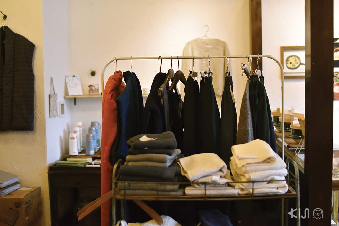 โซนขายเสื้อผ้าของร้าน KEIBUNSHA