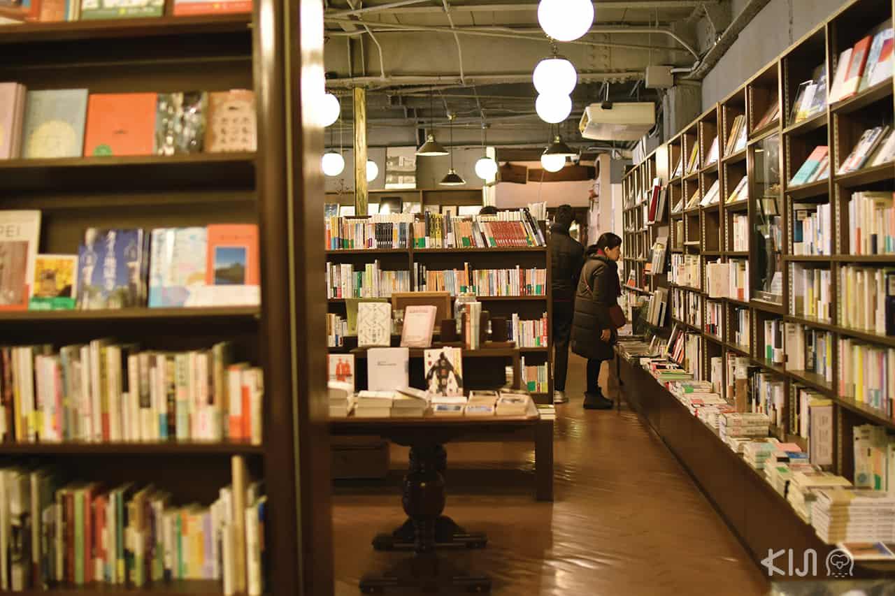 บรรยากาศภายในร้านหนังสือ ในย่านอิชิโจจิ (Ichijoji)
