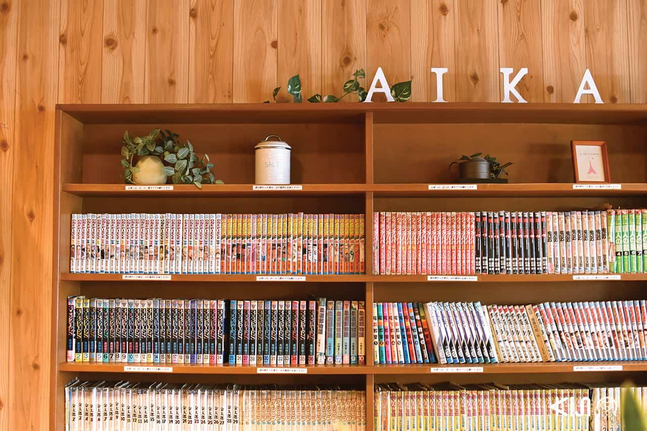 จุดเด่นของร้าน Aikamu คือมีหนังสือการ์ตูนเยอะมาก โดยลูกค้าที่เข้ามารับประทานอาหารสามารถหยิบอ่านได้ตามใจชอบ