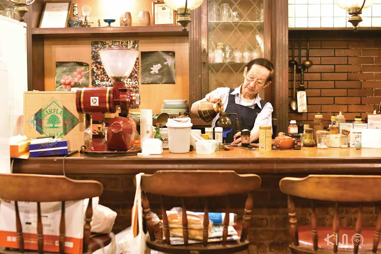 คุณตาเจ้าของร้าน Coffee House Parrot