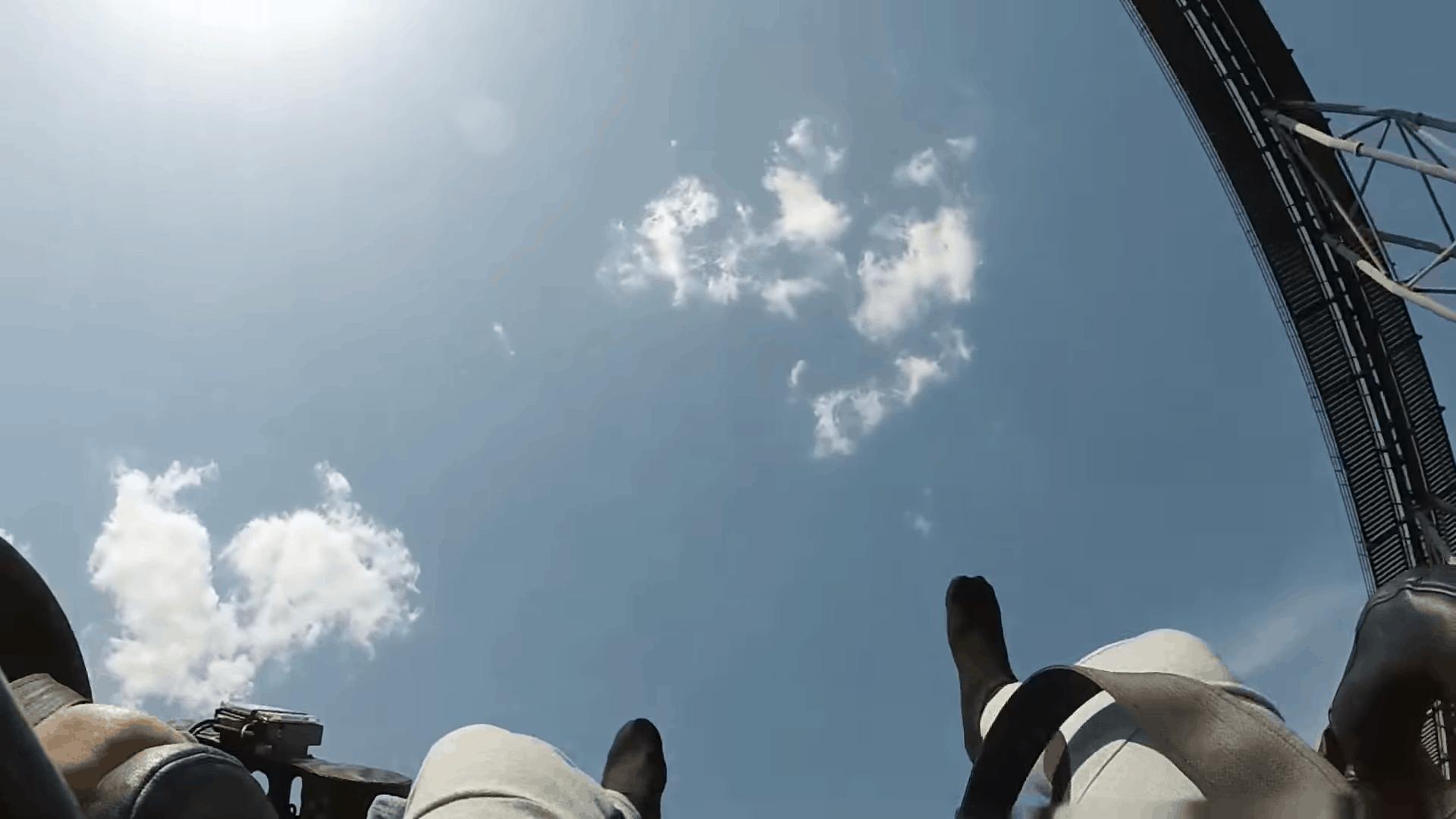 Eejanaika คือ ความเป็นเครื่องเล่น 4 มิติ โดยขณะที่รถไฟแล่น ที่นั่งผู้เล่นจะหมุน 360 องศา