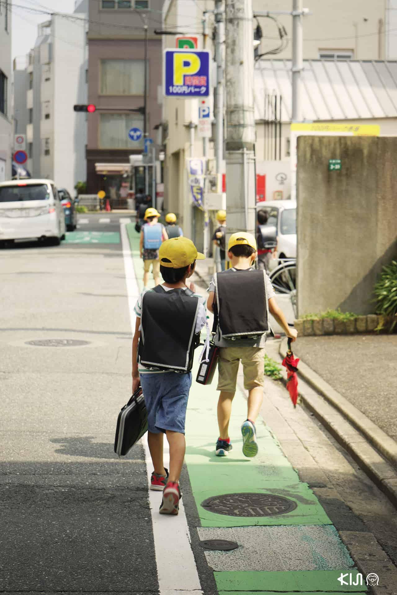 ถ่ายรูปข้างหลังเด็กชาวญี่ปุ่น