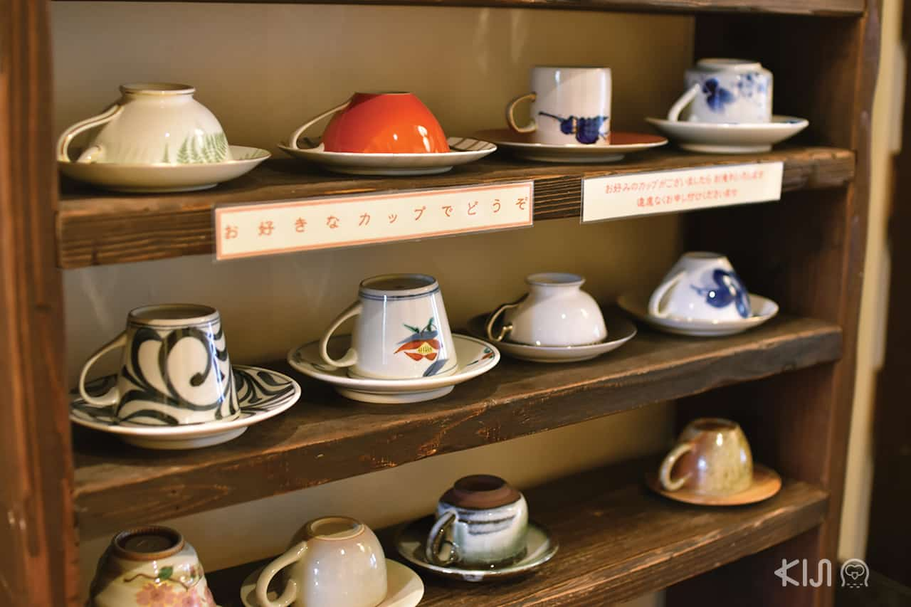 ที่ร้าน Coffee Satou ให้ลูกค้าสามารถเลือกแก้วเซรามิกแบบที่ตัวเองชอบได้
