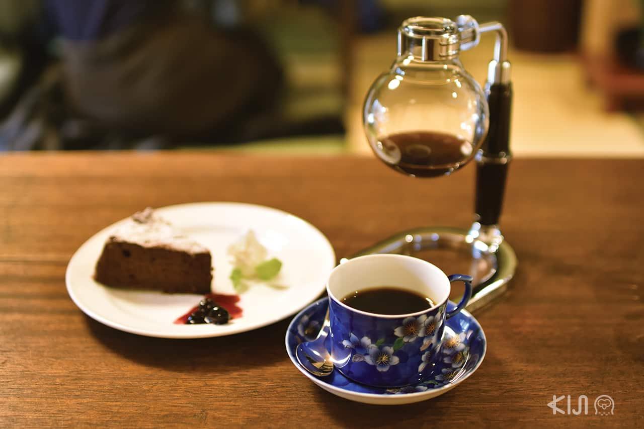 กาแฟดำจากแก้วที่เลือกเอง กินชีสเค้กโฮมเมด ของร้าน Coffee Satou