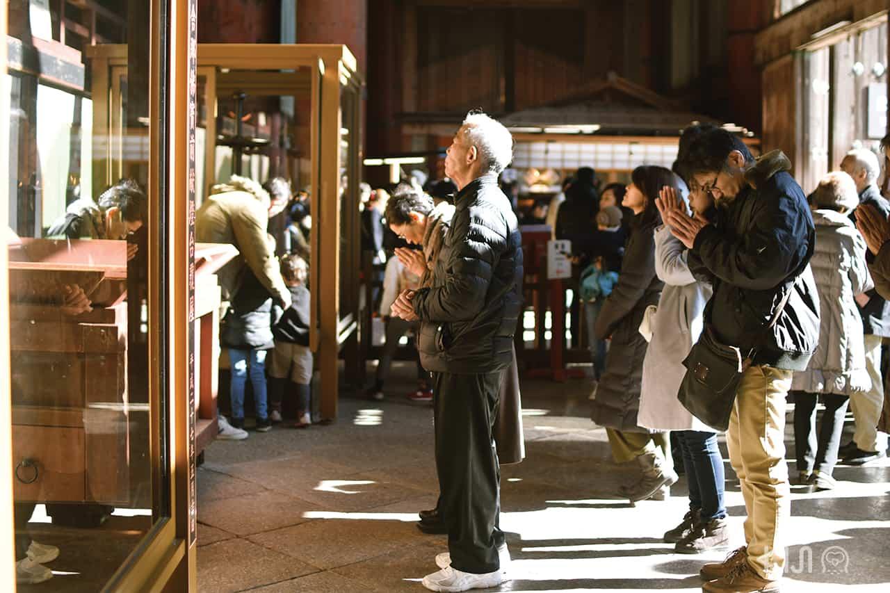 ผู้คนจำนวนมากเข้าสักการะบูชาสิ่งศักดิ์สิทธิ์กันที่วัดโทไดจิ (Todaiji Temple)