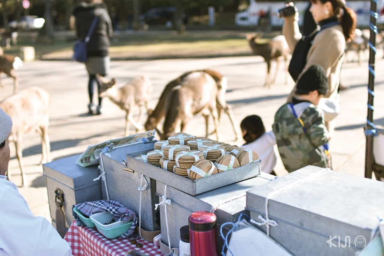 ขนมเซมเบ้ที่วางขายตามรายทางที่ Nara Park