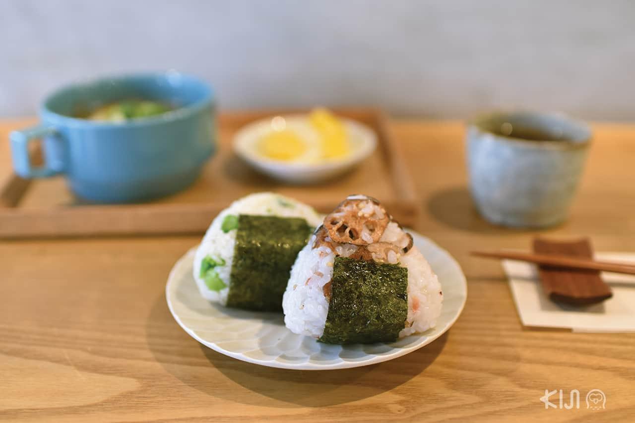 เซ็ตโอนิกิริ ข้าวปั้นไส้ผักกับรากบัวของร้าน Minamo