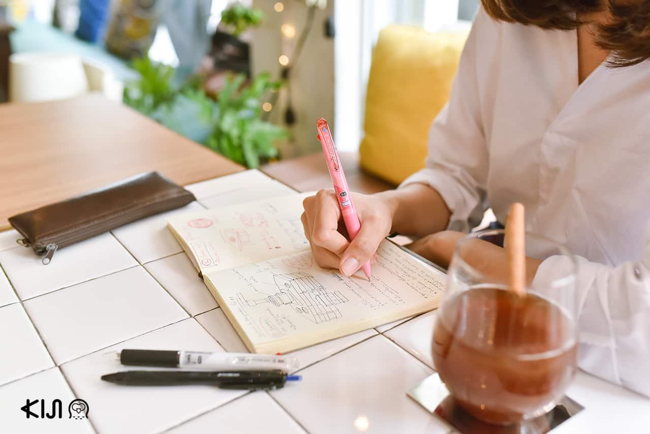 นักเขียนเกี่ยวกับอาหารใช้ ปากกา uni Jetstream ในการจดบันทึก