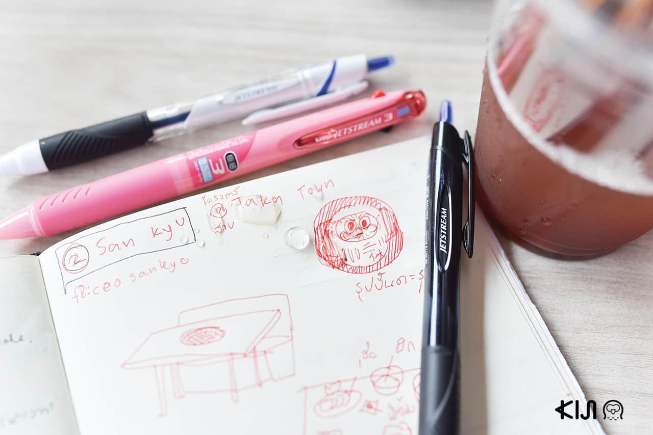 น้ำหกใส่สมุดที่จดด้วยปากกา uni Jetstream ไม่ทำให้สีของหมึกซึมหายไป