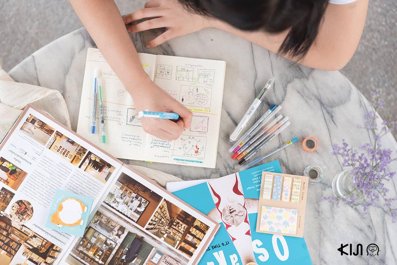 นักเขียนของคิจิใช้ ปากกา uni Style Fit