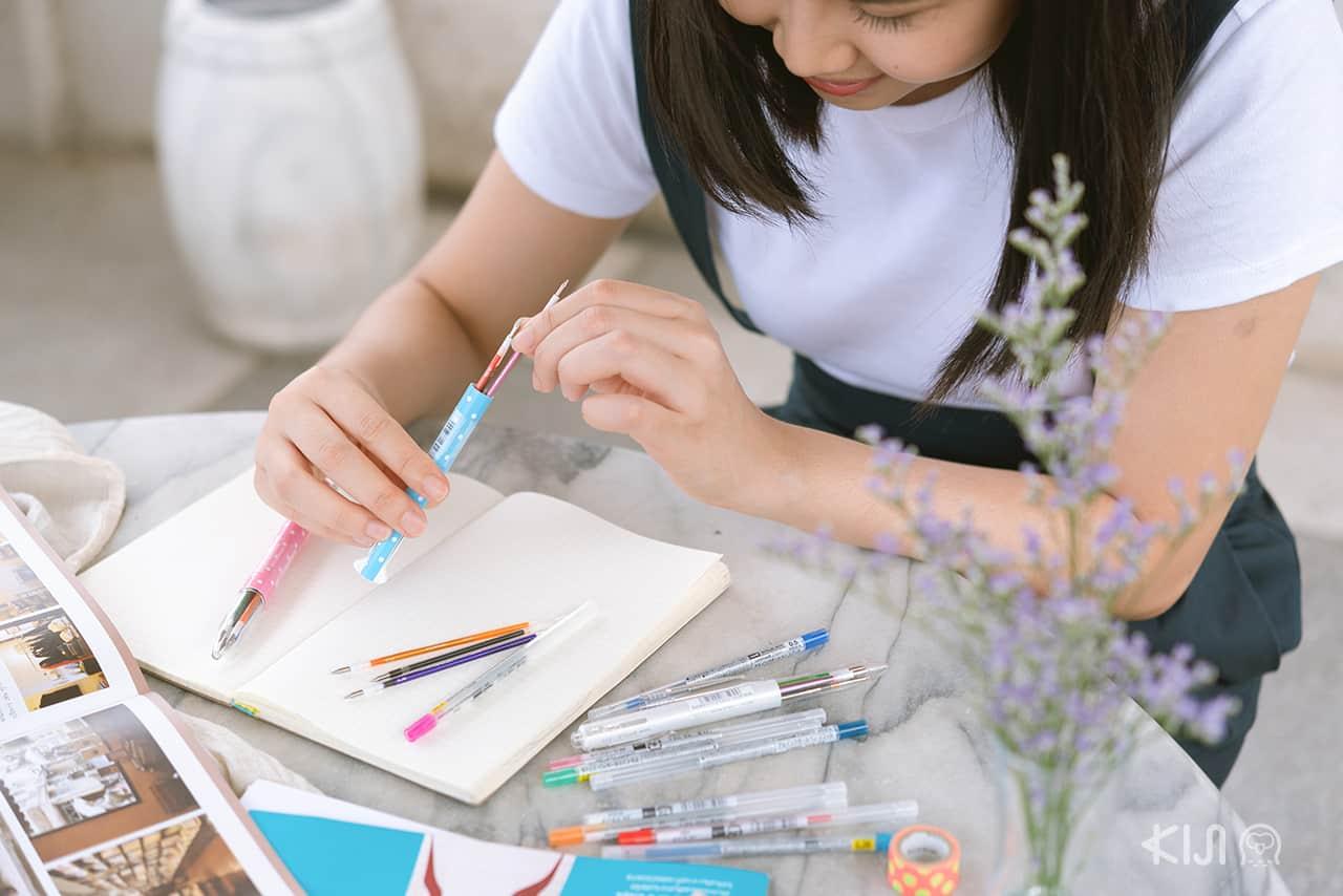 ปากกา uni Style Fit สามารถใส่สีต่างๆ ตามใจชอบได้ถึง 5 สี