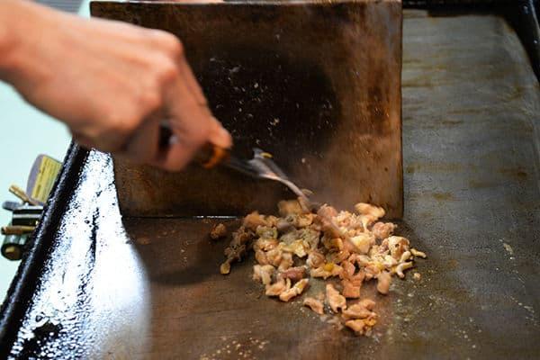 เชฟกำลังทำไก่ย่างอิมาบาริ