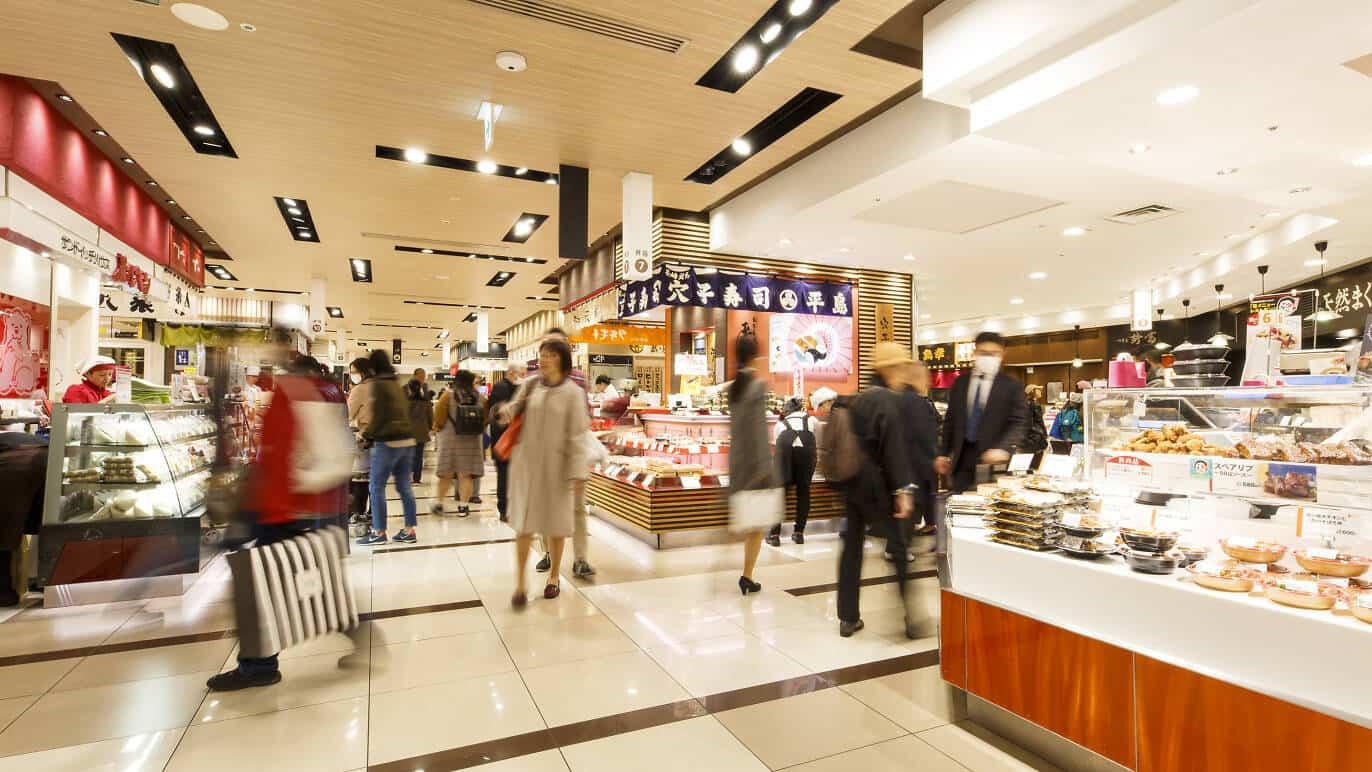 บรรยากาศภายใน เดปาจิกะ (Depachika) ของห้างสรรพสินค้าในญี่ปุ่น